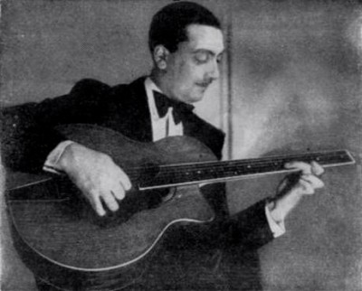 1933年頃のDjango。まだSelmer製ギターを弾いていない。