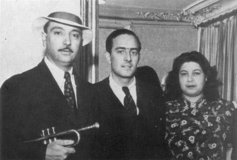 1939年、トランペットを抱えたDjango、マネージャーCharles Delaunayと妻のNaguine。
