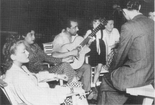 1944年パリのフロショー通りにて、DjangoとNaguineと友人たち。