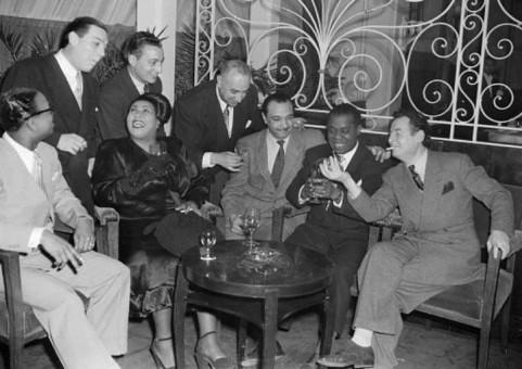 1948年ニース。Earl Hines、Jack Teagarden、Jacques Bureau、Lucille Armstrong, Mezz Mezzrow、Django Reinhardt、Louis Armstrong、Stephane Grappelli。