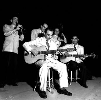 1940年の新クインテット。Hubert Rostaing、André Jourdan、Django、Emmanuel Soudieux、Eugène Vées。