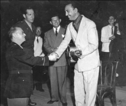 1945年、ニースでの米軍慰問コンサートにて。左から、Harry Levine(指揮)、Captain D'Arcy, Fernand Clare(クラリネット)、Freddy Morgan(バンジョー&コメディ)、Django、Jean Storne(ベース)。