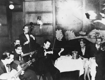1937年、Big Apple Chez Bricktopにて、Django、Joseph Reinhardt、Gusti Mahla、Louis Vola、Stephane Grappelli。