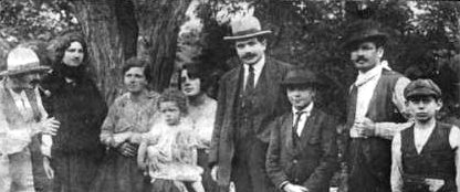 1920年のReinhardt一家。左から二番目がNégrosで、右から三番目がDjango。これは最も古いDjangoの写真とされている。
