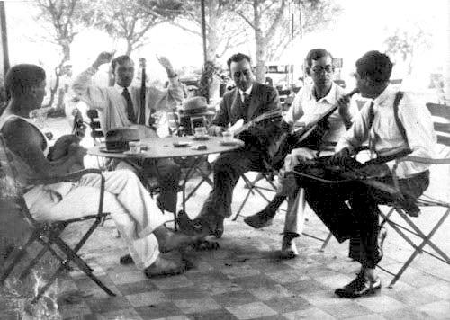 Émile Savitry(眼鏡)、 Django Reinhardt(バンザイ)、 Joseph Reinhardt(右)、1930年トゥーロン。