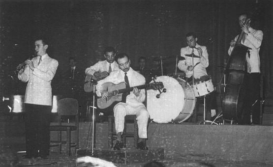 おそらく1941年、演奏中の新クインテット。Hubert Rostaing、Eugène Vées、Django、André Jourdan、Francis Lucas。
